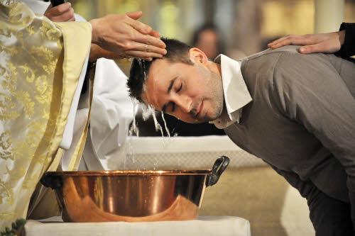 30 mars 2013 : Les nouveaux bâptisés, lors de la vigile pascale. Paroisse Saint Ambroise, Paris (75) France. March 30, 2013 : Easter vigil in Saint Ambroise parish. Paris (75), France.