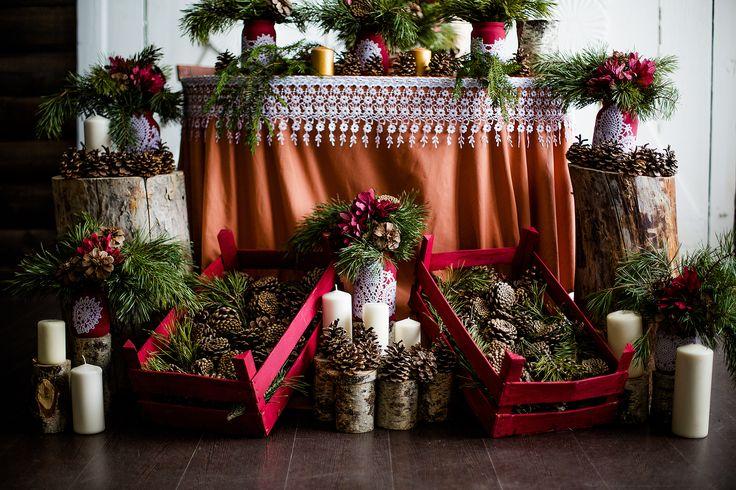deco-mariage-hiver-nappe-dentellee-arrangements-branches-sapin-pommes-pin-fleurs