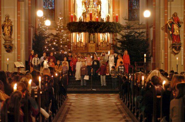 Décembre 2006: Choeur lors d'une messe anticipée de Noël pour les enfants d'une école catholique, Bonn, Allemagne.