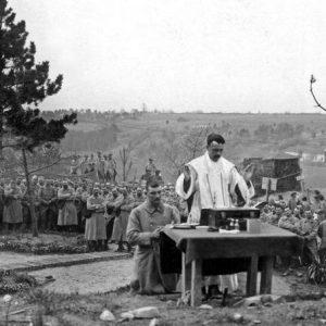 Des soldats francais assistent a une messe celebree par un aumonier militaire dans les carrieres du Soissonnais (Picardie) 1ere guerre mondiale   --- Mass celebrated by a army chaplain in carries in Picardie, France, ww1