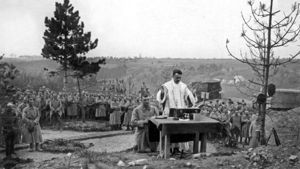 Des soldats francais assistent a une messe celebree par un aumonier militaire dans les carrieres du Soissonnais (Picardie) 1ere guerre mondiale --- Mass celebrated by a army chaplain in carries in Picardie, France, ww1